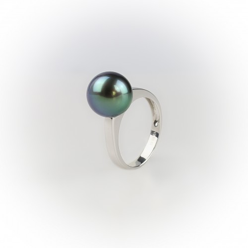18K gold ring with a...